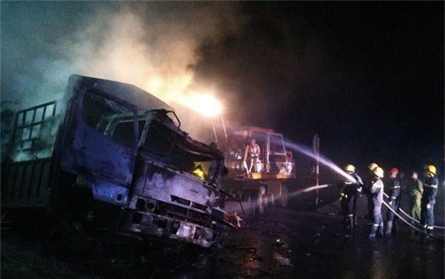 Hai ô tô bốc cháy dữ dội, 2 người bị thiêu cháy, quốc lộ tắc kinh hoàng - 5