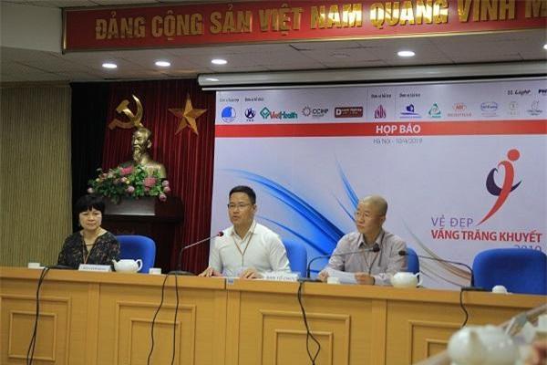 Trưởng Ban Tổ chức Trịnh Công Thanh (giữa) phát biểu tại cuộc họp báo.