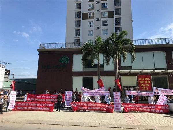 Cư dân The Park Residence giăng bang rôn phản đối chủ đầu tư.