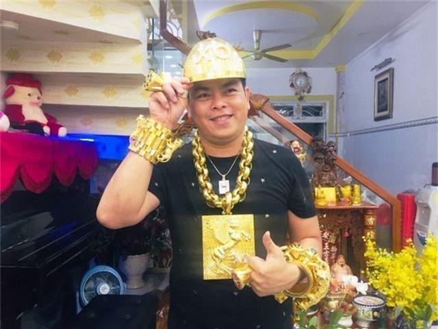 Phúc XO khai toàn bộ số vàng đeo trên người là giả, xe ngũ quý cũng biển giả