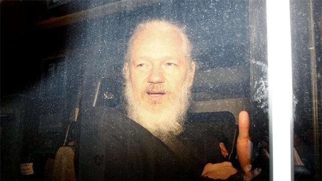 Nhà sáng lập WikiLeaks Julian Assange trong một chiếc xe cảnh sát, sau khi bị bắt ở London (Anh). (Ảnh: Reuters