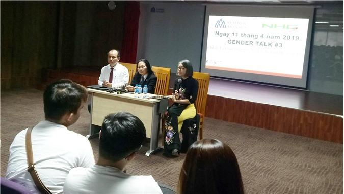 TS. Lê Minh Thuận (ngồi trái), Luật sư Trần Thị Ngọc Nữ (ngồi giữa), Giảng viên Doãn Thị Ngọc (ngồi phải), khoa khoa học xã hội, Đại học Hoa sen – người sáng lâp Gender Talk đang thảo luận tại chương trình.
