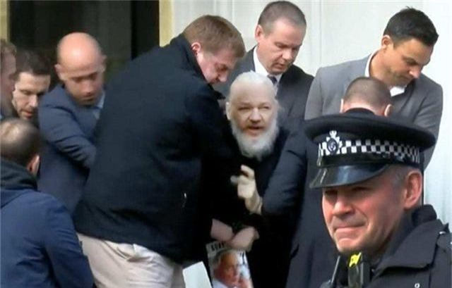 Cuộc chiến pháp lý của ông chủ WikiLeaks sau 7 năm trốn chạy - 4