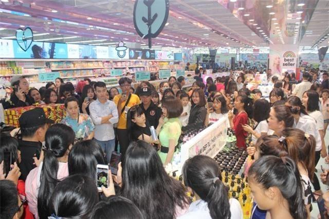 Các bạn trẻ hào hứng xem trình diễn trang điểm tại cửa hàng Hello Beauty vừa khai trương tại siêu thị Big C Dĩ An