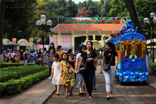 Vườn thú, công viên Hà Nội đông nghịt người trong ngày nghỉ lễ - 1