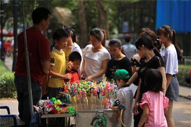 Vườn thú, công viên Hà Nội đông nghịt người trong ngày nghỉ lễ - 5
