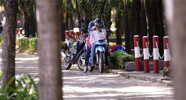 TPHCM: Người dân chật vật qua kỳ nghỉ trong cái nắng đổ lửa - 11