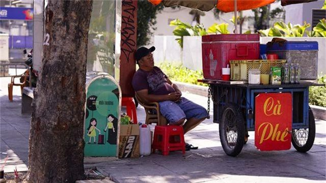 TPHCM: Người dân chật vật qua kỳ nghỉ trong cái nắng đổ lửa - 16