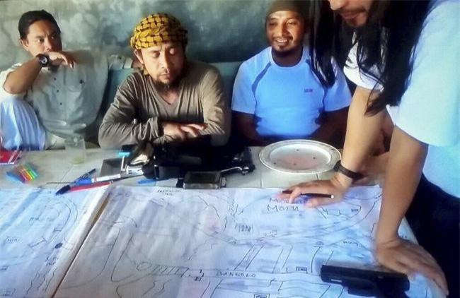 Tên Abu Dar (thứ 3 từ bên trái). Ảnh: AP.