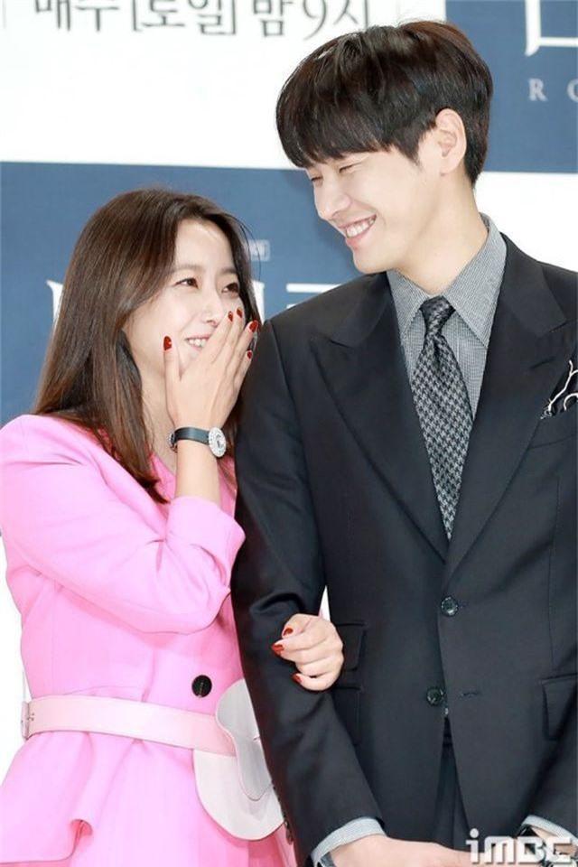 Gương mặt sưng phù của biểu tượng nhan sắc xứ Hàn Kim Hee Sun khiến fan hoang mang - 17