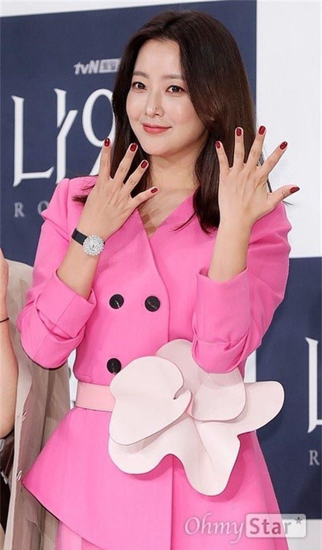 Gương mặt sưng phù của biểu tượng nhan sắc xứ Hàn Kim Hee Sun khiến fan hoang mang - 5