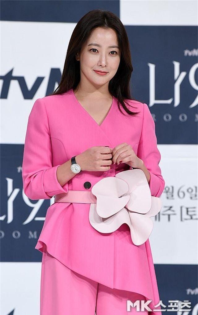 Gương mặt sưng phù của biểu tượng nhan sắc xứ Hàn Kim Hee Sun khiến fan hoang mang - 8