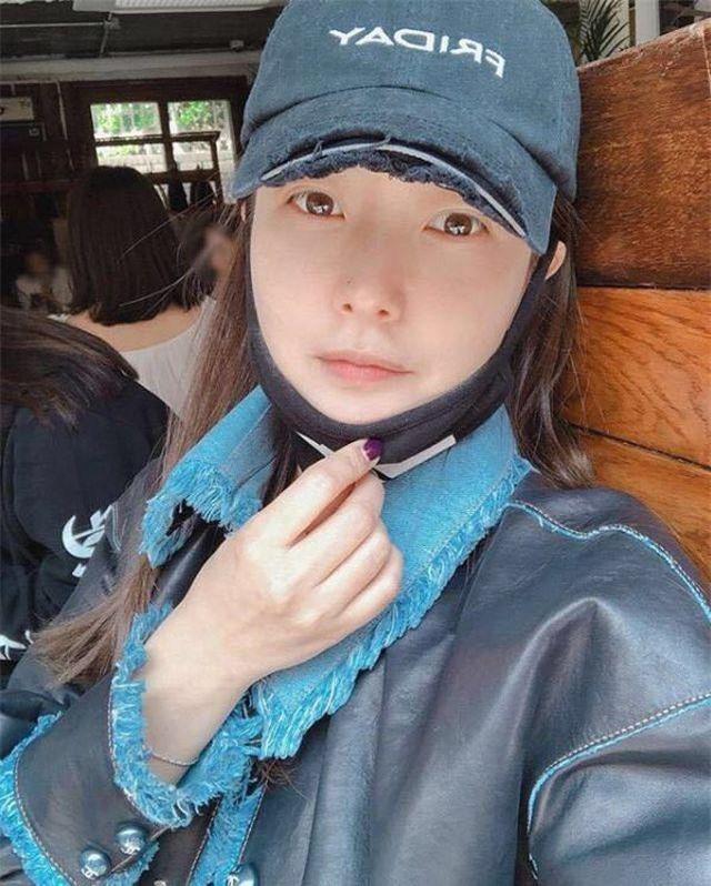 Mới đây, Kim Hee Sun đã đăng tải một số hình ảnh mới của cô lên trang cá nhân. Trong ảnh, mỹ nhân 42 tuổi của xứ Hàn không trang điểm, đeo khẩu trang nhưng lộ làn da căng mịn và gương mặt có vẻ sưng phù. Ngay lập tức, những hình ảnh này thu hút sự quan tâm của công chúng và đặc biệt những khán giả yêu mến cô.