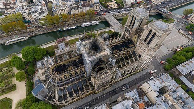 Nhà thờ Đức Bà Paris ngổn ngang, hư hại sau vụ hỏa hoạn kinh hoàng - 14