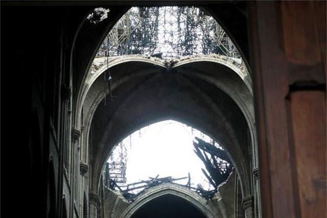 Nhà thờ Đức Bà Paris ngổn ngang, hư hại sau vụ hỏa hoạn kinh hoàng - 4