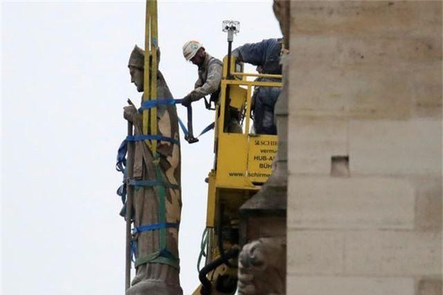 Nhà thờ Đức Bà Paris ngổn ngang, hư hại sau vụ hỏa hoạn kinh hoàng - 9