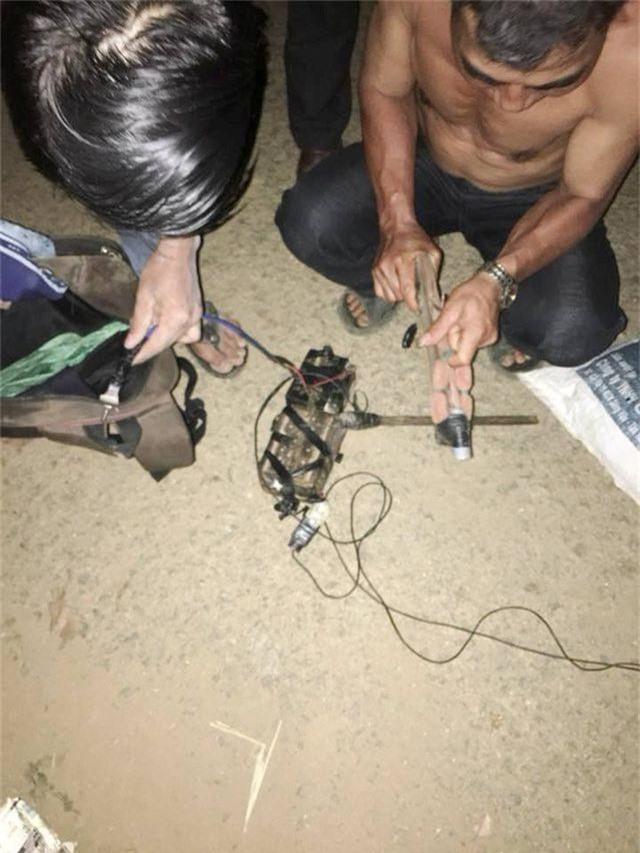 Mang súng điện đi trộm chó trong đêm, bị người dân vây bắt - 2