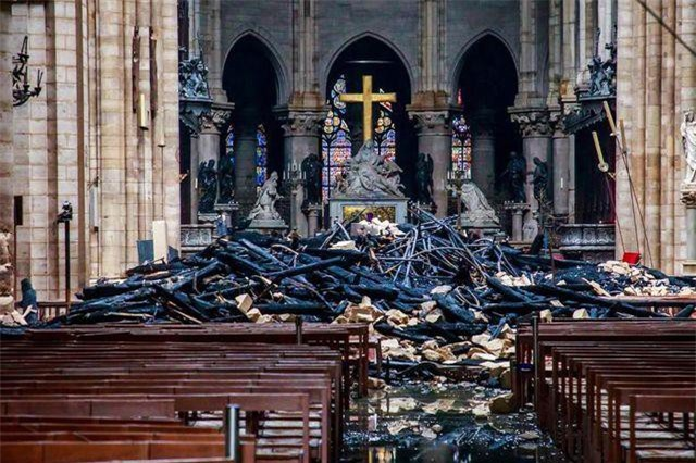 Khung cảnh ngổn ngang, đổ nát ở giáo đường bên trong Nhà thờ Đức Bà sau vụ cháy. (Ảnh: Reuters)