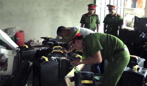 Nghệ An: Khám xét nhà nghi can cầm đầu đường dây vận chuyển 1 tấn ma túy đá