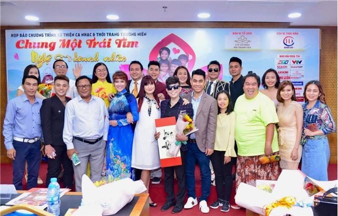 Đông đảo nghệ sĩ và doanh nhân hào hứng tham gia buổi họp báo
