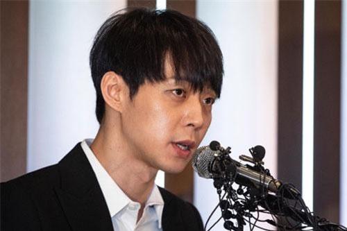 Park Yoochun trình diện tại sở cảnh sát vì liên quan đến ma túy, tài xế xe bán tải dùng rìu chém người và tông 2 CSGT