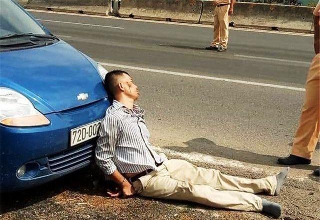 """Tài xế lái ô tô """"ép"""" chết CSGT từng ném """"bom khói"""" vào ngân hàng - 1"""