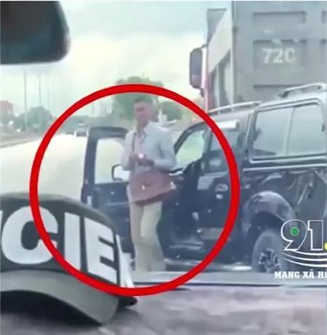 Clip: Tài xế bán tải lạnh lùng bước xuống xe, ngông nghênh châm thuốc hút sau khi dùng rìu chém người, tông 2 CSGT - Ảnh 2.