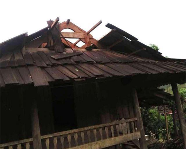 Lốc xoáy kèm mưa lớn làm hư hại hàng chục ngôi nhà - 1