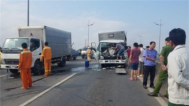 Đâm vào xe tải gặp sự cố trên đường, 2 tài xế tử vong