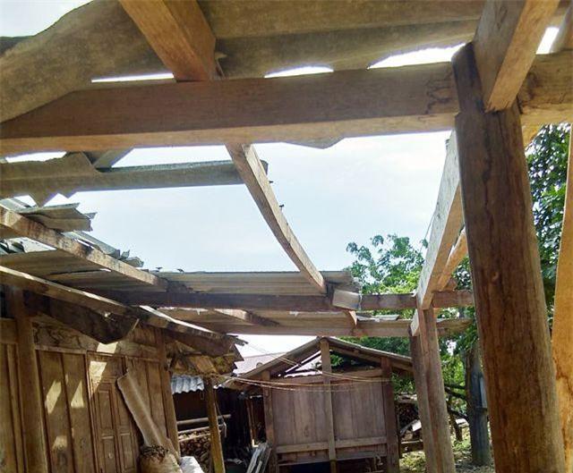 Nghệ An: Lốc xoáy kèm mưa lớn làm hư hại hàng chục ngôi nhà