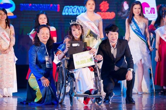 Phó Tổng biên tập TCĐT Doanh nghiệp Việt Nam (bên trái) trao giải thưởng cho các Vầng trăng khuyết (Ảnh: TL)