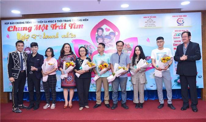 Nhiều nhà báo, phóng viên nhận những bó hoa tri ân từ ban tổ chức