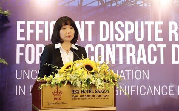 Bà Nguyễn Thị Duyên, Chủ tịch Hiệp hội Tư vấn Xây dựng Việt Nam phân tích về những rủi ro trong hợp đồng tổng thầu EPC. (Ảnh: NH)