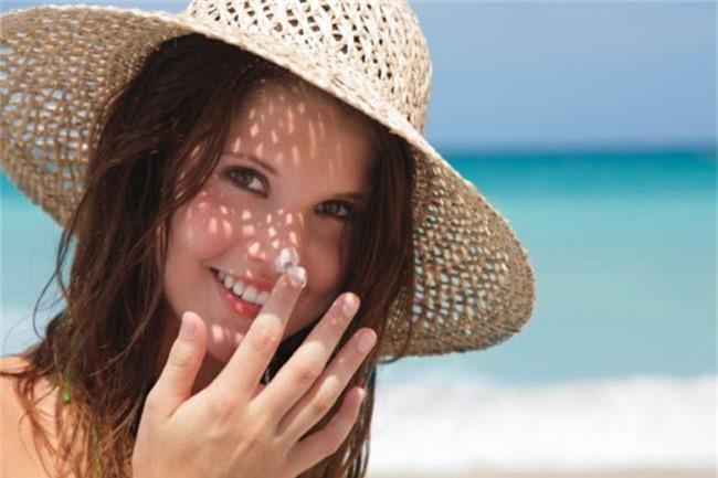 Kem chống nắng là vật bất ly thân ngày nắng nóng nhưng dùng thế nào mới đúng? - Ảnh 3.