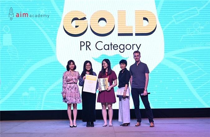 Hai sinh viên Huân và Vân nhận giải bạc cùng đội bảng Chuyên nghiệp, hạng mục Marketers