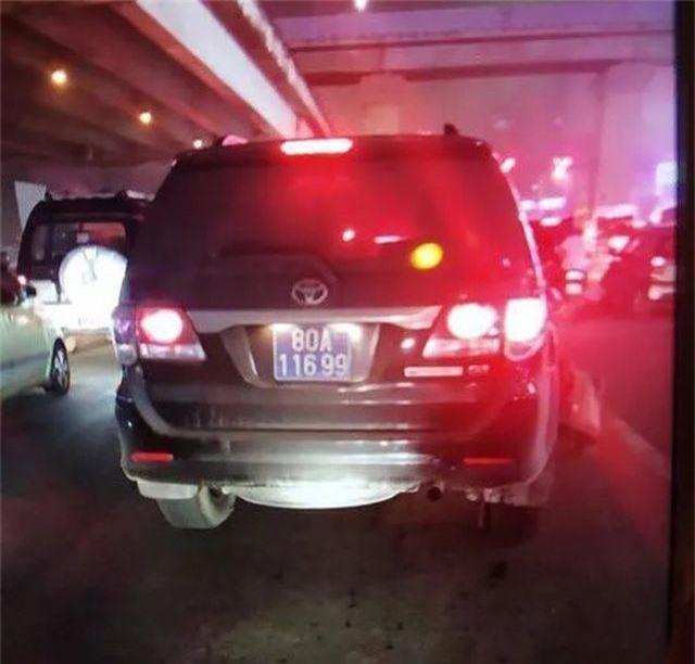Hà Nội: Nghi vấn xe biển xanh tông tài xế xe ôm bị thương rồi bỏ chạy - 2