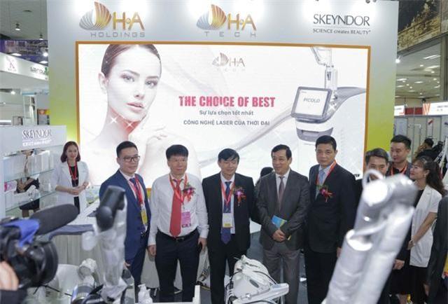 Lãnh đạo Bộ Y tế và các đại biểu tham quan triển lãm.