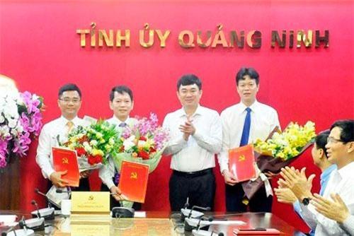 Phó Bí thư Tỉnh ủy Quảng Ninh Ngô Hoàng Ngân trao quyết định và chúc mừng các đồng chí được chỉ định.
