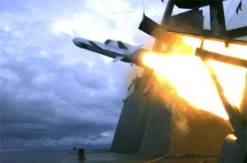 Tên lửa NSM khởi động động cơ khởi tốc.