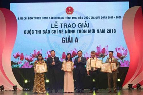 Phó Thủ tướng Vương Đình Huệ và Bộ trưởng Bộ NN&PTNT Nguyễn Xuân Cường trao giải A cuộc thi báo chí về Nông thôn mới năm 2018