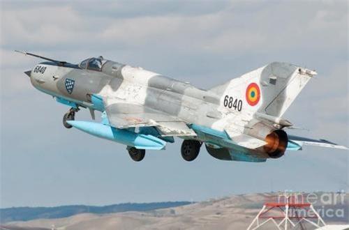 Về hỏa lực của MiG-21 LanceR C, tải trọng vũ khí là không thể thay đổi mà chỉ cho phép mang thêm tên lửa đối không tiên tiến hơn. Máy bay vẫn gồm 5 giá treo (4 trên cánh và 1 dưới thân) cho phép mang tối đa 4 đạn tên lửa (tùy vào loại đạn). Máy bay vẫn sử dụng một khẩu pháo cao tốc 23mm gắn trong thân.