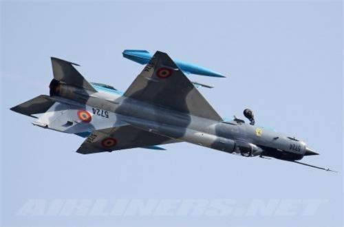 Về động cơ, MiG-21 LanceR C vẫn giữ động cơ tuốc bin phản lực R-25-300 cho tốc độ tối đa hơn 2.100km/h, bán kính chiến đấu khoảng 500km, trần bay hơn 17.000m, tốc độ leo cao 220m/s. Nhìn chung tính năng bay vẫn ngang bằng F-16.