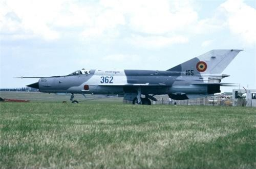 """Có không ít ý kiến cho rằng đây là hoạt động """"vô bổ"""" bởi so với F-16, MiG-21 đã quá lỗi thời, lạc hậu, thậm chí bị gọi là """"quan tài bay"""" vì thiếu an toàn. Dẫu vậy, nếu nghiên cứu kỹ thì xem ra nhiều người đã nhầm vì đơn giản MiG-21 của Romania không phải là máy bay cổ lỗ. Đó là một chiếc tiêm kích sở hữu hàng loạt công nghệ hiện đại hàng đầu thế giới."""