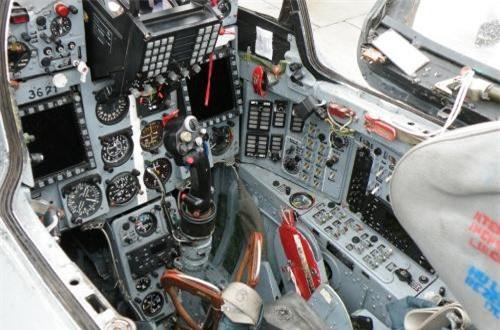 Cận cảnh buồng lái MiG-21 LanceR C hiện đại hóa với 2 màn hình tinh thể lỏng đa năng và màn hình HUD. Thậm chí, mũ bay của phi công còn tích hợp thêm thiết bị hiển thị mục tiêu trên mũ bay.