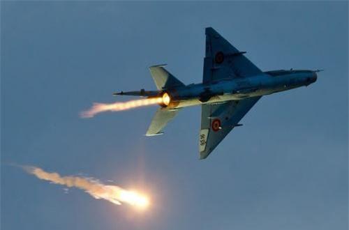 Ngoài ra, MiG-21 LanceR C trang bị hệ thống đối phó điện tử mà điển hình là khả năng phóng mồi bẫy nhiệt đánh lừa tên lửa đối không tầm nhiệt của đối phương. Trong ảnh là chiếc LanceR C phóng mồi bẫy nhiệt.