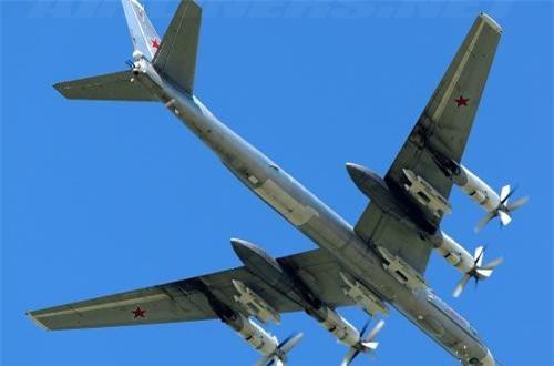 Nhưng điều đặc biệt nhất, nó có khả năng triển khai các tên lửa hành trình chiến lược như Kh-55, Kh-101/102 trên 8 giá treo ở cánh và thân.