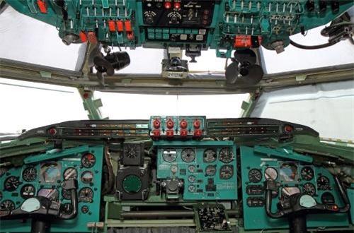 Dù được nâng cấp sâu về vũ khí, động cơ nhưng cabin Tu-95 vẫn là công nghệ những năm 1950.