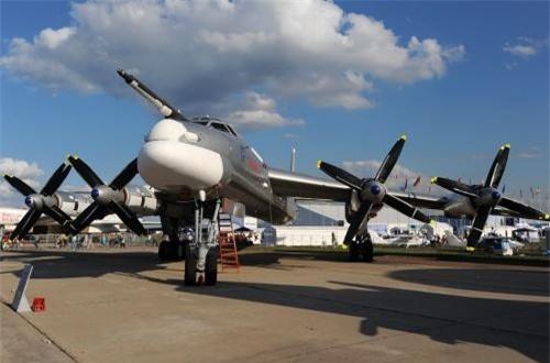 Rất nhiều người tỏ ra khó hiểu vì sao nước Nga cố gắng giữ chặt một mẫu máy bay ném bom cổ lỗ thời kỳ những năm 1950. Thực ra, nếu tìm hiểu kỹ thì dù là dùng động cơ cánh quạt, nhưng Tu-95 bay khá nhanh.
