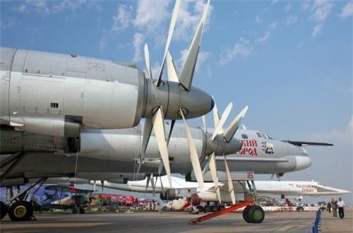 Với 4 động cơ Kuznetsov NK-12MP, Tu-95 đạt tốc độ ngang ngửa một số máy bay phản lực cận âm - 830km/h, tầm bay cực đại mà không cần tiếp nhiên liệu trên không lên tới 15.000km, trần bay cực đài 13.716m, tốc độ leo cao 10m/s.