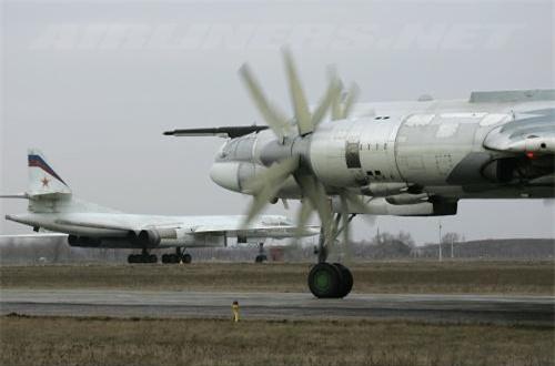 Trong khi B-52 với 8 động cơ phản lực thì cũng chỉ đạt tốc độ tối đa 1.047km/h, tầm bay cực đại 16.000km, trần bay 15.000m, tốc độ leo cao 31,85m/s. Điều đó có nghĩa là tốc độ, tầm bay của Tu-95 già nua không kém hơn là bao nhiêu.